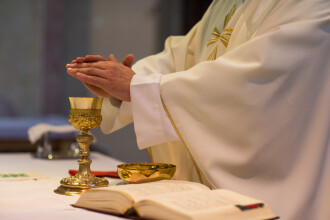 Preot rănit într-un accident după ce a furat bani din parohie. Ce au găsit polițiștii la el acasă