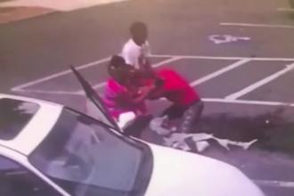 Bebeluș mort după ce mama l-a scăpat din brațe în timp ce se bătea pe stradă. VIDEO