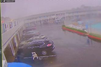 Clipe de groază pentru turiştii unui hotel. Momentul în care o tornadă smulge acoperişul clădirii