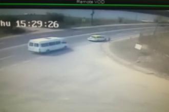 Impact între un microbuz și o mașină în Mangalia. Accidentul a fost filmat