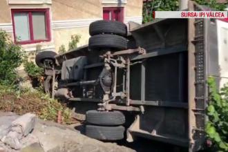 La un pas de tragedie. Un camion a făcut prăpăd după ce o anvelopă a explodat