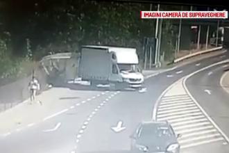 Momentul în care un şofer distruge o staţie de autobuz şi fuge. Poliţia l-a dat în urmărire