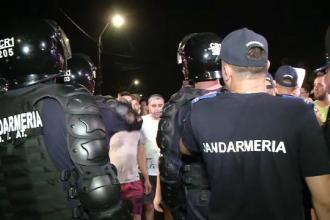 Casa suspectului din Caracal, apărată cu jandarmii de furia localnicilor. Primele demiteri