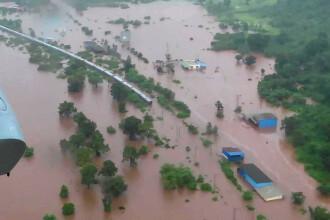 Inundații în India. 700 de pasageri blocați într-un tren, salvați cu elicopterul
