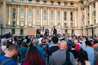 """Mii de persoane au protestat în fața sediului MAI. """"Jos Guvernul hoților"""". VIDEO"""