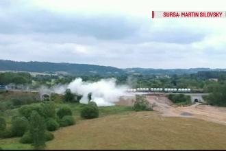 Un tren care transporta un