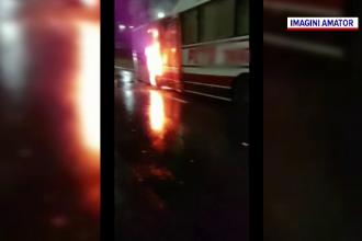 Un autobuz, cuprins de flăcări la Arad. Incendiul a pornit de la o roată blocată