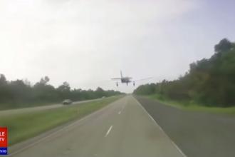 Momentul în care un avion de mici dimensiuni aterizează pe o șosea aglomerată. VIDEO