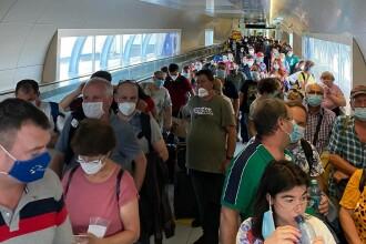 Sute de persoane s-au înghesuit la sosirea pe aeroportul din Otopeni