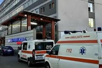 Tânăr de 17 ani, internat în stare gravă la Târgoviște. Mașina în care se afla a intrat într-un copac