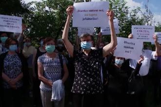 Protest la Bran unde enoriaşii unei biserici se opun mutării preotului paroh din localitate