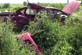 """O mașină a fost lovită de tren în județul Bacău. 3 persoane au murit și alte 2, rănite: """"A bătut soarele în semafor"""""""