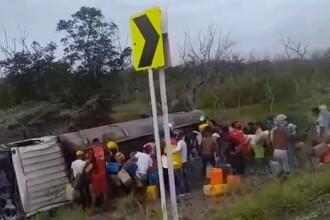 Momentul în care o cisternă explodează pe marginea drumului. Sute de locuitori furau combustibil. VIDEO șocant