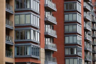Cu cât au crescut chiriile și prețurile locuințelor în UE