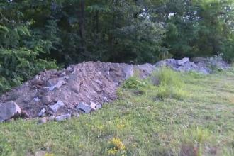 Scandal într-o comună din Gorj. Un angajat al primăriei arunca gunoaie la marginea unei păduri