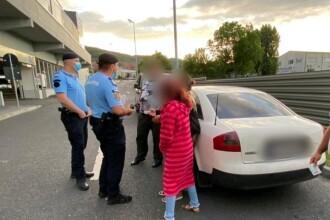 Copil de 11 ani prins la cerșit în parcare în timp ce familia îl urmărea dintr-un bolid de lux