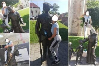 O turistă din Alba, amendată după ce s-a urcat pe mai multe statui pentru a se fotografia