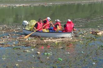 Deșeurile aruncate de români în apele râurilor.