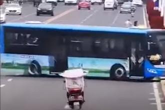Motivul pentru care șoferul unui autobuz din China a plonjat intenționat în lac. 21 de oameni au murit