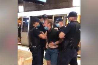Scandal la metrou. Patru jandarmi au imobilizat un tânăr care nu purta mască