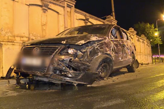 Autobuz de călători, izbit puternic de o mașină în Capitală