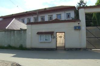 Situaţie tensionată la penitenciarul Găeşti. Un deţinut s-a urcat pe acoperişul închisorii şi a refuzat să mai coboare