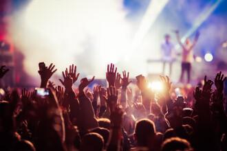 Sute de persoane au mers la un concert la mare. Organizatorii, amendați pentru că nu au ținut cont de pandemie