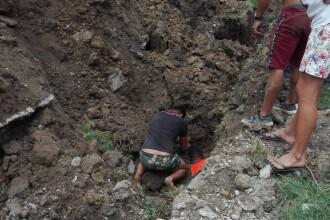Trei bărbați prinși sub pământ într-o comună din Dâmbovița. Colegii au săpat și cu mâinile goale pentru a-i salva