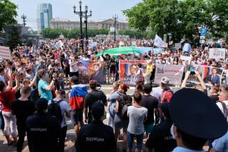 """Mii de ruși au ieșit în stradă pentru susținerea guvernatorului arestat pentru crimă. """"Dați-ni-l înapoi!"""""""