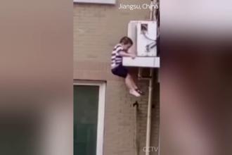 Imagini care îți taie răsuflarea. Un copil de 2 ani a ieșit pe geam și a escaladat instalația de aer condiționat. Ce a urmat