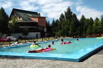 Românii aleg pentru vacanță pensiuni cu piscină, departe de agitația din stațiuni