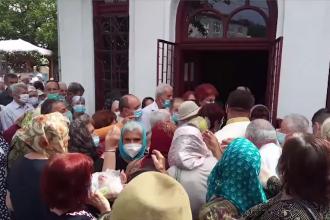 Peste 500 de oameni din Argeș s-au înghesuit să primească pachete cu colivă şi cozonac la o biserică