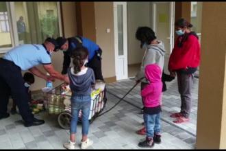 Jandarmii din Bistrița au dăruit alimente și fructe mai multor persoane dintr-o localitate lovită de inundații