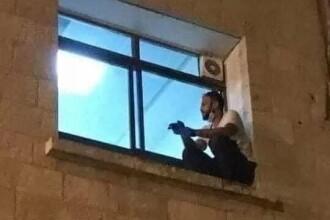 Un tânăr s-a cățărat zilnic la fereastra mamei sale, internată cu Covid-19, ca să nu moară singură