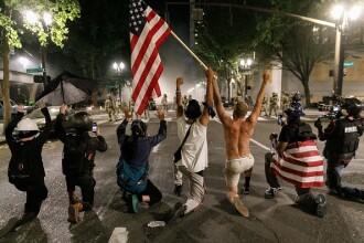 """Proteste violente în Portland. Agenții federali vor să debaraseze orașul de """"anarhiști și agitatori"""""""