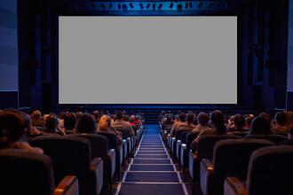 Film pentru adulți, proiectat pe un ecran uriaș în centrul unui oraș din Italia