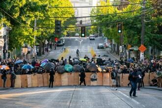 Proteste masive în mai multe orașe din SUA. Un bărbat a fost împușcat în plină stradă
