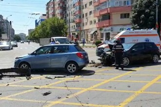Coliziune dură între două mașini în Târgoviște. Un bărbat a fost transportat de urgență la spital