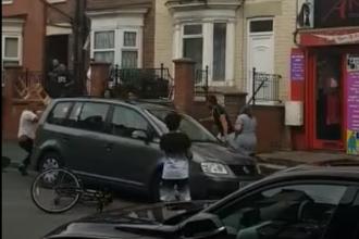 VIDEO. Zeci de cetățeni români s-au încăierat în plină stradă într-un oraş din Anglia