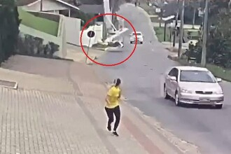 """Momentul înfiorător în care un avion se prăbușește la câțiva metri de un pieton: """"Am fost șocată"""". VIDEO"""