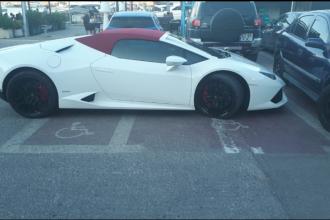 Cu Lamborghini pe două locuri de parcare pentru persoanele cu handicap