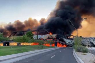 Tren deraiat și incendiu uriaș pe un pod din Arizona, SUA