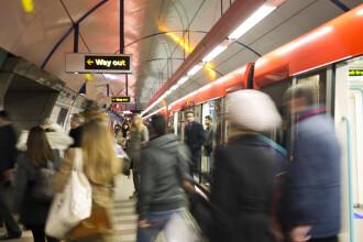 """Soţi, bătuți crunt în metrou, după ce au admirat pantofii unei fete: """"Au zis că suntem pedofili"""""""