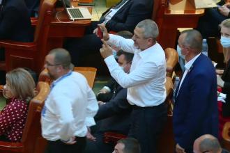 """Huiduielile și injuriile au devenit regulă în Parlament. Orban: """"Să aştepte să se deschidă stadioanele"""""""