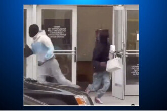 Video. Jaf la un magazine de lux din centrul San Francisco. Mai mulți hoți sunt suprinși în timp ce fug cu prada