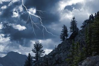 Tragedie în munți. Două surori și-au pierdut viața după ce au fost lovite de fulger în timpul unei excursii