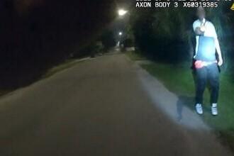 Momentul în care un bărbat care îndreaptă o armă către un polițist este împușcat. VIDEO