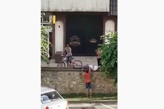 Adolescenți filmați în timp ce încercau să jefuiască un bărbat care se odihnea la umbră. VIDEO
