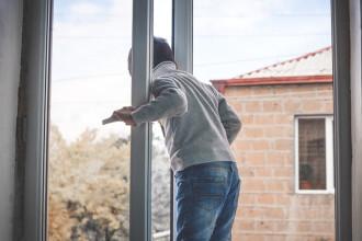 Un adolescent și-a aruncat surioara nou-născută pe fereastră, de la etajul șapte. Fetița a murit până să ajungă ambulanța