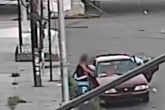 Imagini halucinante cu un bărbat care fură un copil din fața mamei sale, de pe stradă. Cum s-a terminat totul. VIDEO